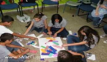 المغار : مُخيّم الشَّبيبة الصَّيفي ينتهي من إنتاج لوحات الكولاج والشّعارات المُكافحة لظاهرة التَّدخين والمُخدّرات
