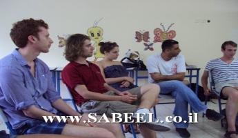 المغار : بعثة طلابيَّة من بريطانيا تزور مركز الشبيبة ( מרכז נעורים ) للتعرُّف على المجتمع الدُّرزي