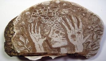 بالصّور : الفنان كوري كوركوران ينحت لوحاته على نباتات الفطر