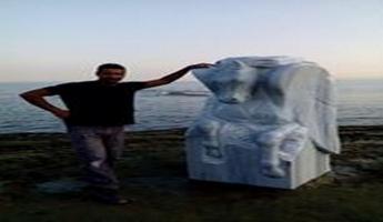 الفنان حكمت خريس ينحت حصانًا مجنحًا في مهرجان ساركوي - تركيا الدولي