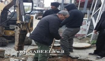 المغار: عُمّال الصّيانة في المجلس المحلّي يقومون بإصلاح الحُفرة على مفرق طلعة السّينما