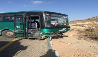 مصرع شخص واصابات متفاوتة في حادث طرق في عبلين بين باص وسيارتين خصوصيتين