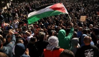موجة من المظاهرات في القدس والضفة الغربية وعلى الحدود مع غزة وفي مدن وقرى عربية في اسرائيل ضد قرار ترامب واصبات واعتقالات لعدد من المتظاهرين