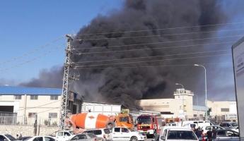 حريق كبير في مخزن ببلدة كفر كنا وطواقم عديدة من محطتي الناصرة وطبريا تعمل في المكان وتحاول منع انتشار الحريق