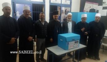 المغار : مجموعة من رجال الدين ممثلين عن الطوائف الثلاث في البلدة يتجولون بين صناديق الاقتراع