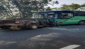 مصرع شخص وعدة اصابات متفاوتة في حادث طرق بين باص وتندر وسيارتين خصوصيتين