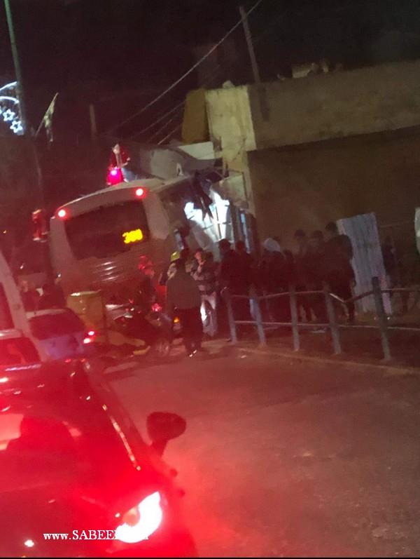 المغار : اصابة سائق حافلة ركاب ( باص )بجروح في حادث خروج الباص عن مساره واصطدامه بدكان في مركز البلدة