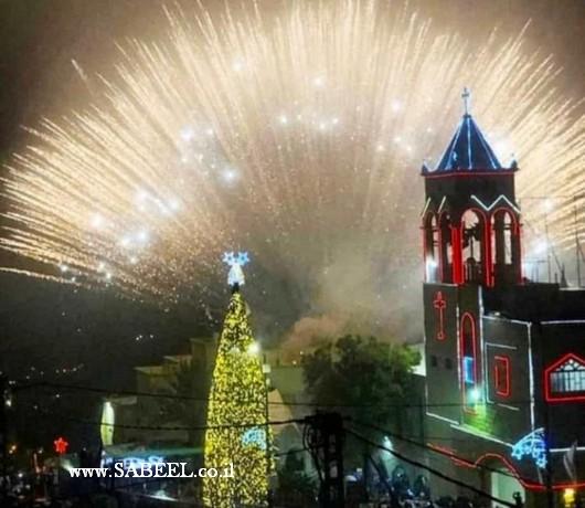 المغار : اضاءَة شجرة عيد الميلاد المجيد بأجواءٍ ماطرة وبالبهجة والسرور