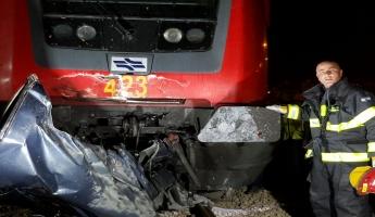 قتيلان واصابات في حادث طرق بين قطار وسيارة خصوصيه في منطقة الرملة وطواقم اطفاء وانقاذ تعمل في المكان