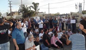تظاهرة حاشدة أمام مركز شرطة كدما احتجاجًا على خطف الطفل كريم جمهور واغلاق شارع 444