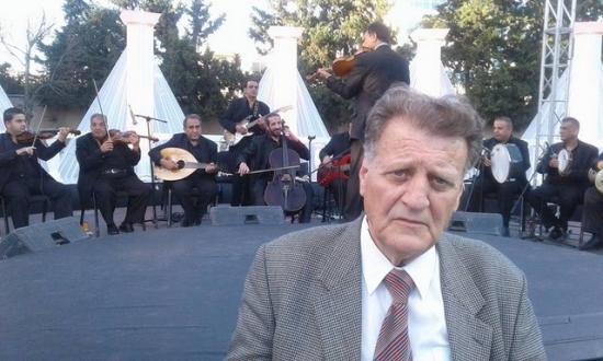 الموسيقار طلال الأطرش ، مشرف قسم الموسيقى في الإذاعة والتلفزيون الأردني يعمل على تلحين أغنية من كلمات الشاعر كمال ابراهيم