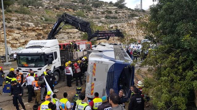 مصرع راكبين وإصابة 41 آخرين جراء انقلاب حافلة ركاب في منطقة القدس