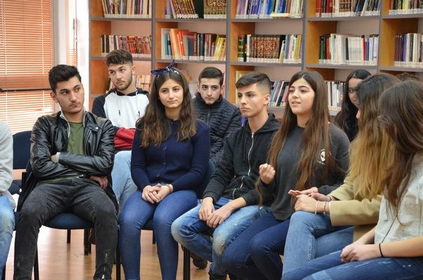 طلّاب العلوم والقيادة دركا يركا يلقون محاضرة في موضوع الفيزياء باللّغة الإنجليزيّة أمام متبرّعين أجانب