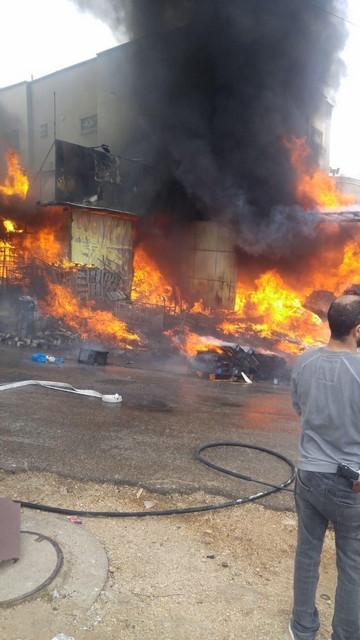 الحريق في البقيعه:عشرة طواقم اطفاء وانقاذ لا تزال تعمل على اخماد الحريق